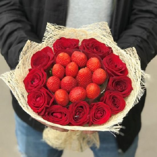 Lovely red roses and strawberry hand bouquet in JuneFlowers.com